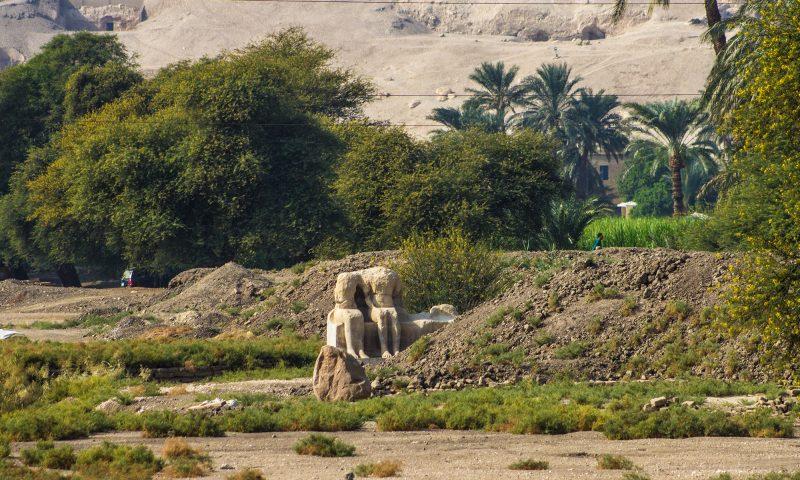 Статуи в Поминальном храме Аменхотепа III