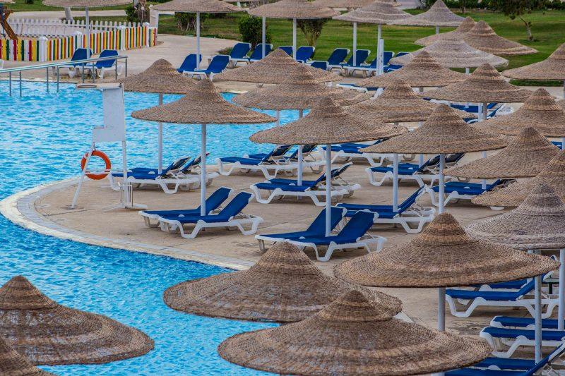 Ансамбль из зонтов и лежаков у бассейна